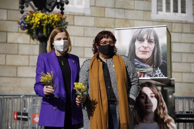 (E-D) L'expresidenta del Parlament, Carme Forcadell, i l'exconsellera Dolors Bassa, durant un acte electoral sobre feminisme a la plaça Sant Jaume de Barcelona, Catalunya (Espanya), 3 de febrer del 2021.