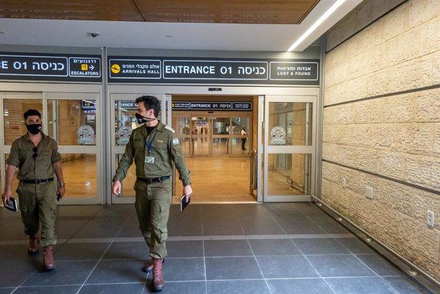 Policía israelí en el aeropuerto de Tel Aviv
