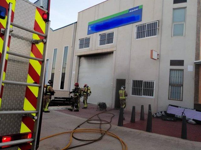 Bomberos trabajan en la extincion de un incendio declarado en una nave de Fuente Álamo