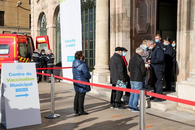 18 January 2021, France, Marseille: People stand in a queue outside a coronavirus (COVID-19) vaccination centre at the town hall. Photo: Denis Thaust/SOPA Images via ZUMA Wire/dpa