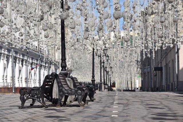 Una zona peatonal que lleva a la Plaza Roja de Moscú sin presencia de ciudadanos por el confinamiento