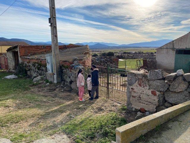 Una familia en una zona rural de la España despoblada.