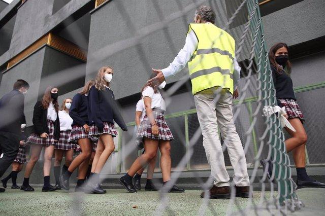 Alumnos caminan por el patio del colegio SEK Ciudalcampo, en San Sebastián de los Reyes, Madrid (España), a 18 de septiembre de 2020. El Colegio internacional y privado SEK Ciudalcampo es uno de los centros educativos que imparte enseña presencial y onlin