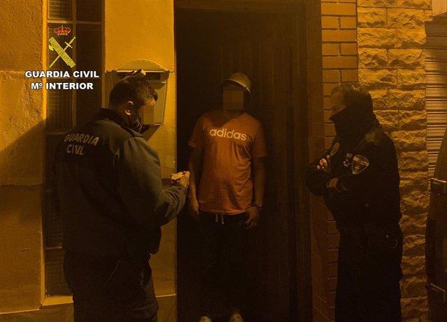Los agentes de Guardia Civil y de Policía Local, en la puerta del domicilio en la que se celebraba la fiesta clandestina