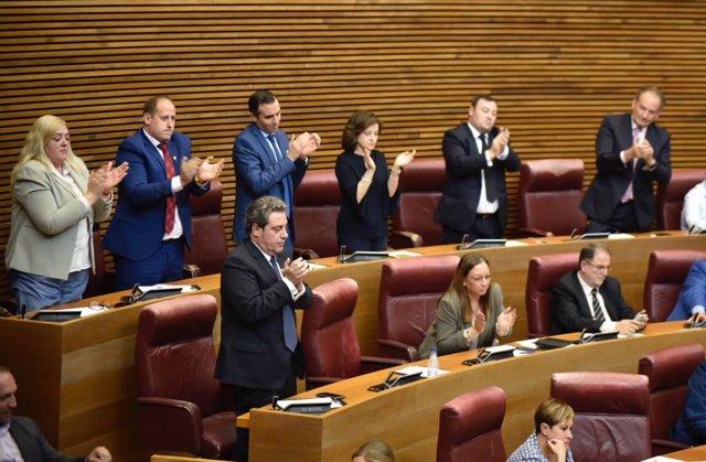 La bancada de VOX en  Les Corts Valencianas, aplaude tras la intervención de la diputada del partido, Ana Vega, durante en el debate de investidura del President de la Generalitat.