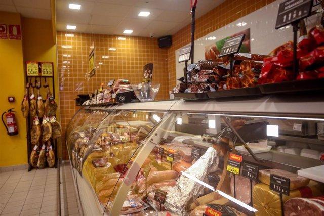 Sección de charcutería de un supermercado de Madrid