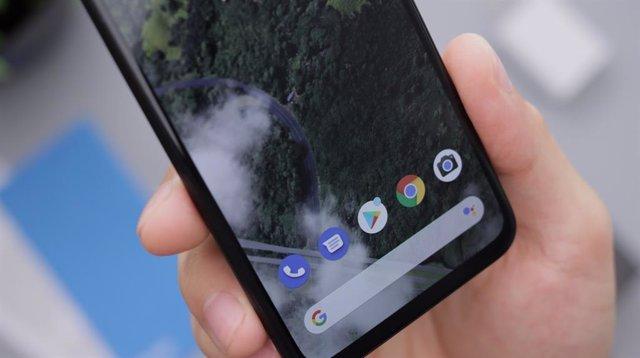 Móvil Android en una mano