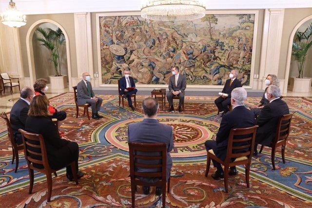 El Rey Felipe VI recibe a una delegación del INE en una audiencia celebrada en la Zarzuela por el 75 aniversario de la institución