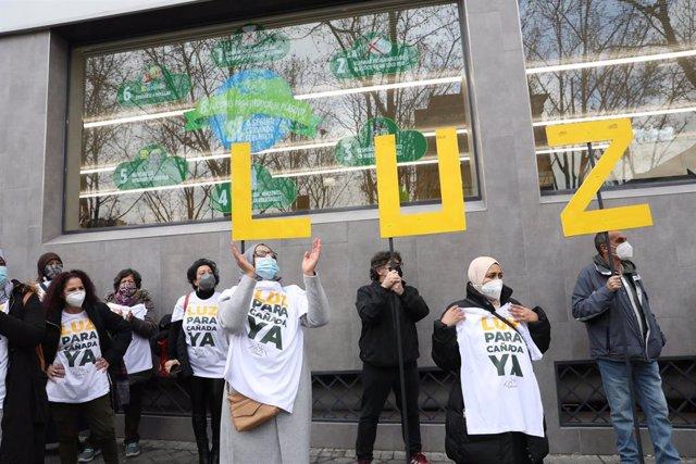 Vecinos de los sectores V y VI de la Cañada Real Galiana se manifiestan frente a la Asamblea de Madrid por el corte del suministro eléctrico.