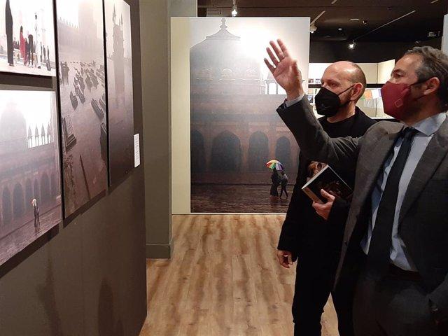El director general de Bienes Culturales, Rafael Gómez, y el artista murciano Luis Sáez, en la muestra 'Ganges, el río sagrado', que se podrá visitar hasta abril en el Museo Arqueológico de Murcia.