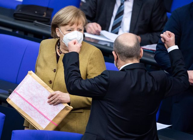 11 February 2021, Berlin: German Chancellor Angela Merkel (L) speaks with and Germany's Minister of Finance, Olaf Scholz during a plenary session at the German Bundestag. Photo: Bernd von Jutrczenka/dpa