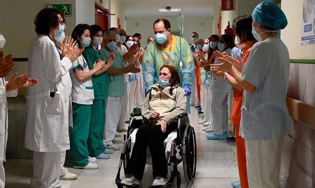 El Hospital Gregorio Marañón da el alta a Elsa, una paciente ingresada 10 meses por Covid-19.