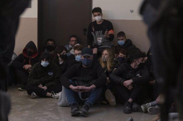 Un grup de joves seuen en suport a Pablo Hasel per evitar-ne la detenció. Lleida, Catalunya, (Espanya), 16 de febrer del 2021.