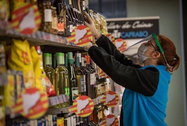 Trabajador de un supermercado de Caprabo