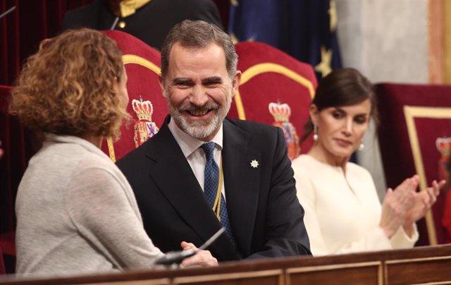 (I-D) La presidenta del Congreso, Meritxell Batet; el Rey Felipe VI; y la Reina Letizia, en el Congreso de los Diputados durante la Solemne Sesión de Apertura de la XIV Legislatura, en Madrid (España), a 3 de febrero de 2020.