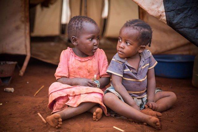 Dos hermanas de Burundi sentadas en un campamento de refugiados en Tanzania