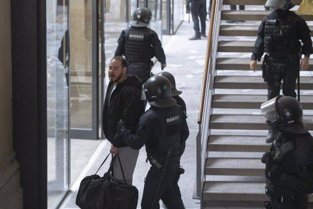 Los Mossos se llevan detenido a Pablo Hasel, en Lleida, Cataluña, (España), a 16 de febrero de 2021.