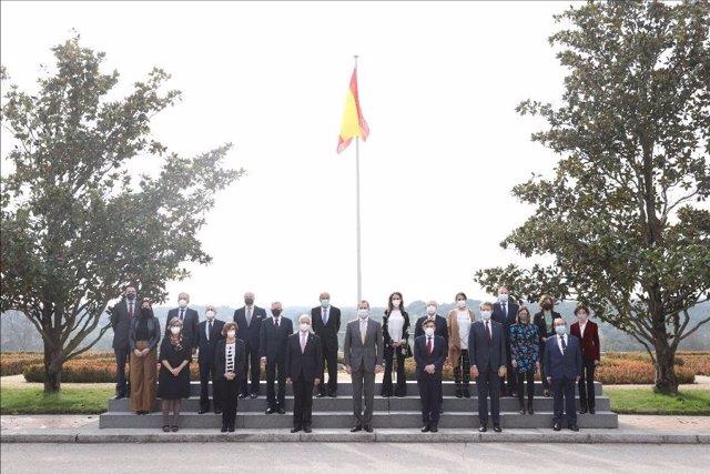 Fotografía de grupo de Su Majestad El Rey con la junta directiva de la Asociación Española de Fundaciones