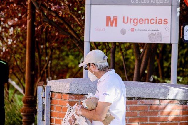 Un hombre protegido con mascarilla pasea por las inmediaciones donde durante la jornada de hoy realizarán PCR aleatorias a personas de entre 15 a 49 años, a la que han sido convocados 1.500 vecinos de Villaverde, Madrid, (España), a 19 de agosto de 2020.