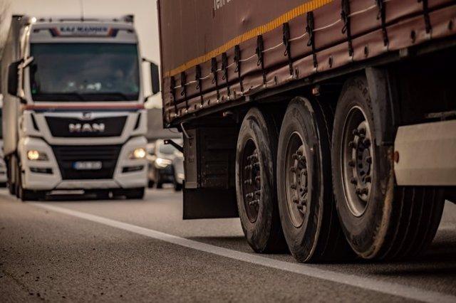 Imagen de dos camiones en la carretera