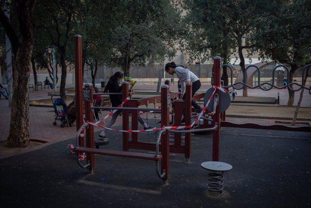 Nens juguen en un parc de Barcelona. Catalunya (Espanya), 16 d'octubre del 2020.