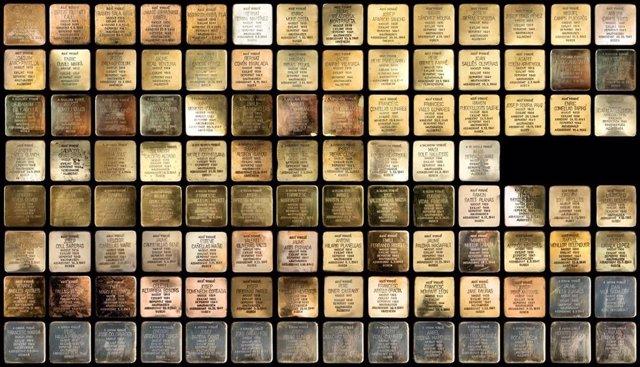 Adoquines de la Red 'Stolpersteine' que recuerdan con inscripciones en latón a las víctimas de los nazis.