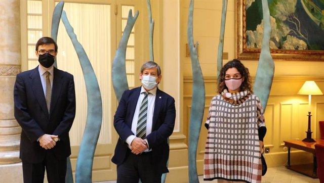 González-Barba con el presidente del Parlament, Vicenç Vidal, y la consellera de Hacienda y Relaciones Institucionales, Rosario Sánchez.