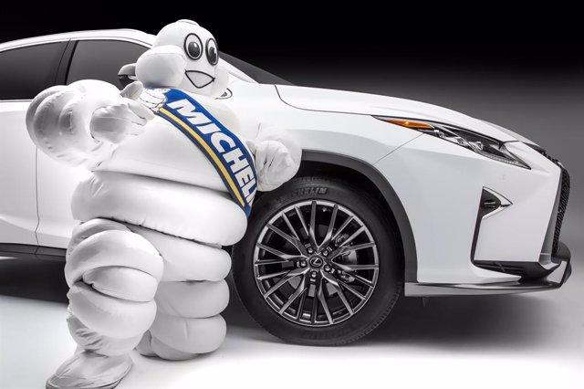 Bibendum de Michelin con un modelo de Lexus