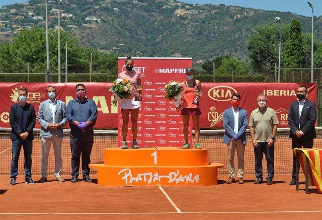 Sara Sorribes en el podio de ganadora del primer torneo de la Liga MAPFRE femenina