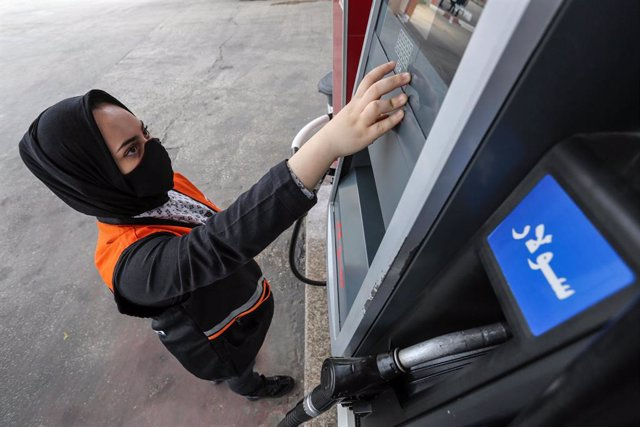 24 November 2020, Palestinian Territories, Khan Yunis: Palestinian girl Salma al-Najjar,16, works at a petrol station to help her family with income. Photo: Ashraf Amra/APA Images via ZUMA Wire/dpa