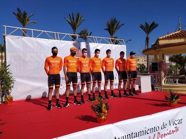Los corredores del Euskaltel-Euskadi antes de la salida de la Clásica de Almería 2021