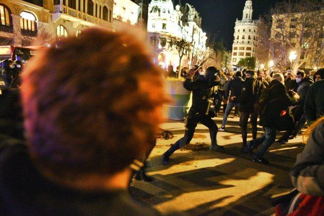 Carga policial durante la concentración en apoyo a Pablo Hasél en València