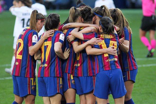 Alexia Putellas celebra con sus compañeras del Barça un tanto en la final de Copa de la Reina