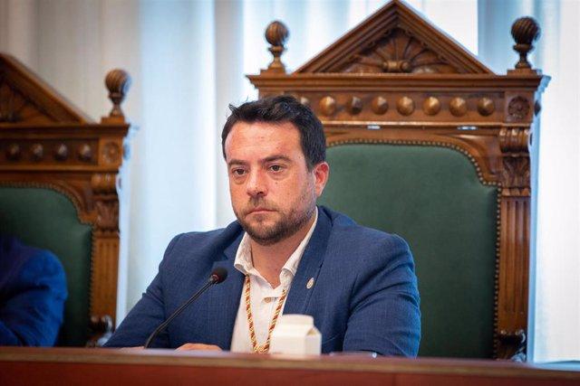 El socialista Álex Pastor presente en la sesión de constitución del Ayuntamiento de Badalona donde ha sido nombrado alcalde de la ciudad catalana (ARCHIVO)