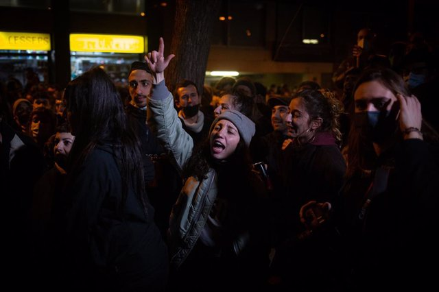 Protestes a Barcelona per la detenció i ingrés a la presó del raper Pablo Hasel pels delictes d'enaltiment del terrorisme i injúries a la corona