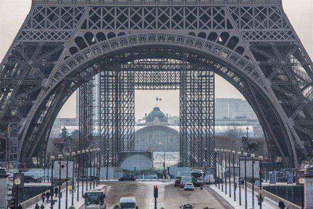 10 February 2021, France, Paris: Snow falls onto the Trocadero site in front of the Eiffel Tower. Photo: Sadak Souici/Le Pictorium Agency via ZUMA/dpa