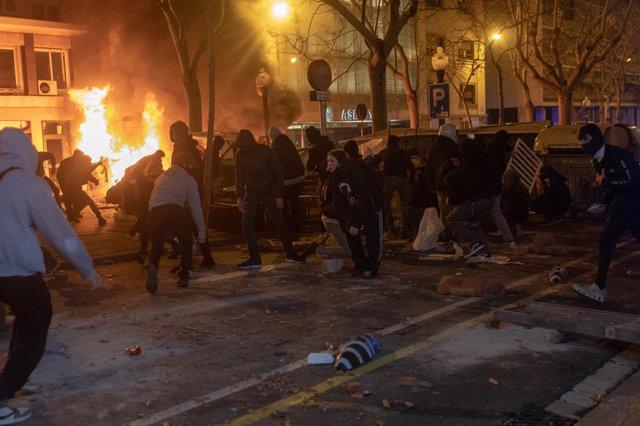 Mossos d' Esquadra cargan contra manifestantes que apoyan al rapero Pablo Hasel en Barcelona, Cataluña (España), a 16 de febrero de 2021. El rapero Pablo Hasel ha ingresado la mañana de este martes en el centro penitenciario de Ponent, en Lleida, tras ser