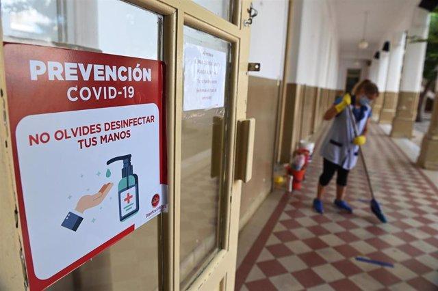 Una limpiadora en un colegio de Rosario con medidas contra la COVID-19.