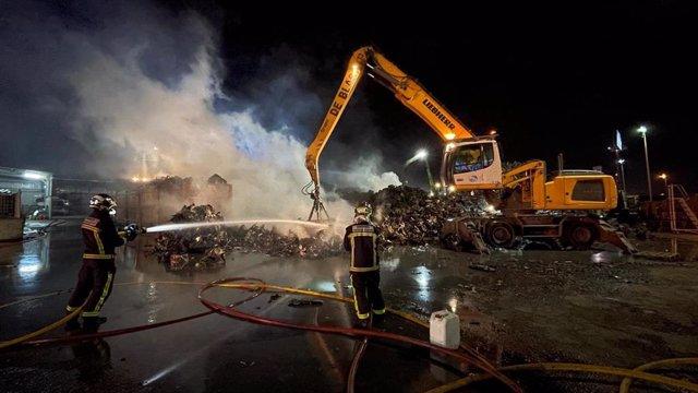 Controlado el incendio en una chatarrería en Leganés.