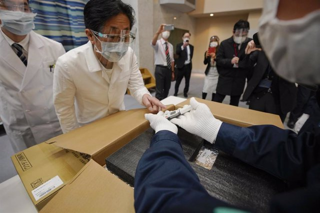 El personal de un hospital de Tokio verifica el estado de la vacuna contra la COVID-19 de Pfizer.