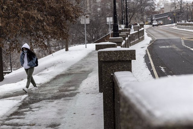 Un estudiante camina hacia la Universidad de Ohio durante la tormenta Uri.