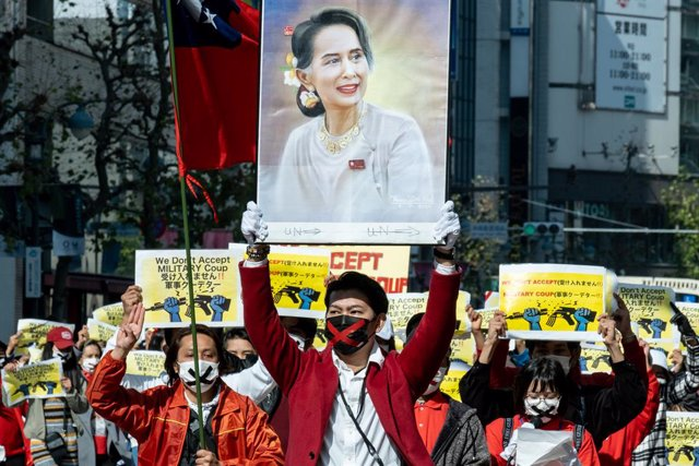 14 February 2021, Japan, Tokyo: Protesters hold placards and a photo of  Myanmar State Counsellor Aung San Suu during a demonstration against the military coup d'etat that deposed Myanmar State Counsellor Aung San Suu Kyi. Photo: Viola Kam/SOPA Images via