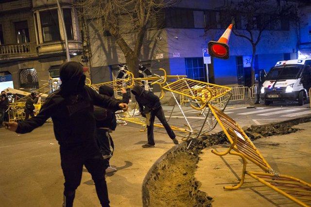 Manifestants en suport al raper Pablo Hasel mouen tanques. Girona, Catalunya (Espanya), 16 de febrer del 2021.