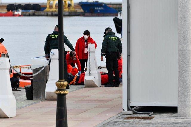Agentes de Guardia Civil ayudan a las 18 personas migrantes de origen magrebí que han sido interceptadas en una patera al norte de Ceuta