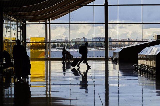 Un pasajero camina por la terminal T4 del Aeropuerto Adolfo Suárez Madrid-Barajas.