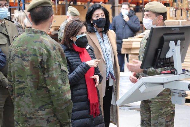 La secretaria de Estado de Defensa, Esperanza Casteleiro, junto a la ministra Margarita Robles, en una visita al Regimiento de Transmisiones nº22