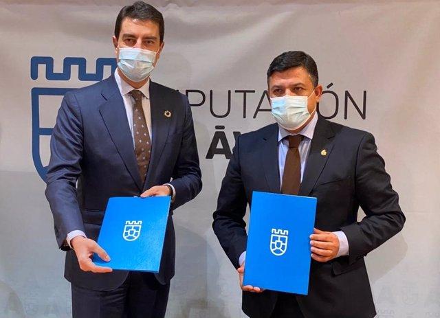 El consejero de la Presidencia, Ángel Ibáñez, y el presidente de la Diputación de Ávila. Carlos García, firman el convenio de fondos extraordinarios.