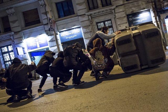 Manifestantes tras la marcha en apoyo al rapero Pablo Hasel se protegen de los Mossos d'Esquadra antidisturbios en Girona, Cataluña (España), a 16 de febrero de 2021.