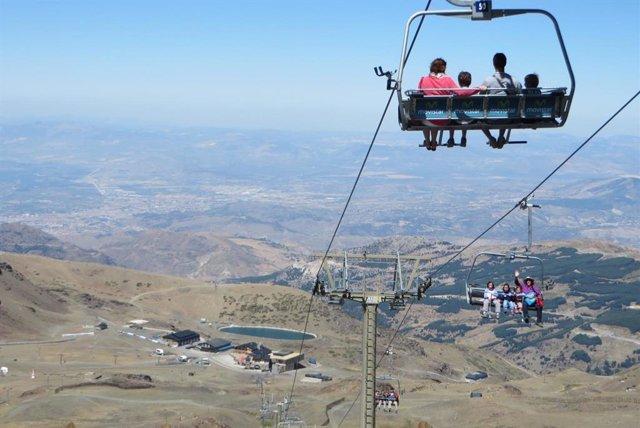 Imagen de turistas en Sierra Nevada