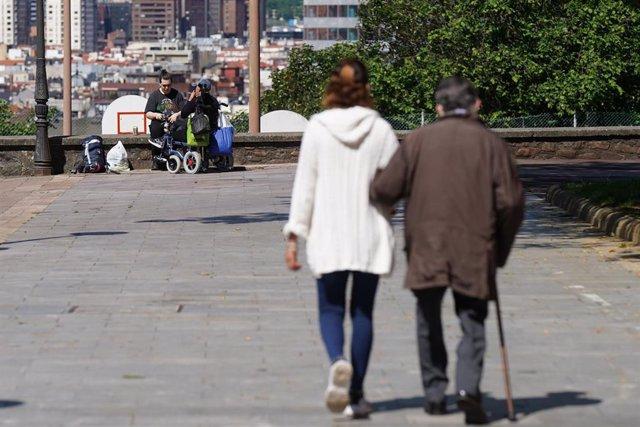 Varias personas caminan en el Parque Etxebarria de Bilbao